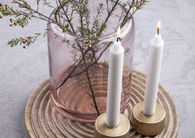 Trivet_rosa vase_små lysestager_lay